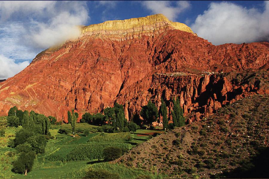 Cerro Pollera en Yacoraite en la Quebrada de Humahuaca, provincia de Jujuy, Argentina