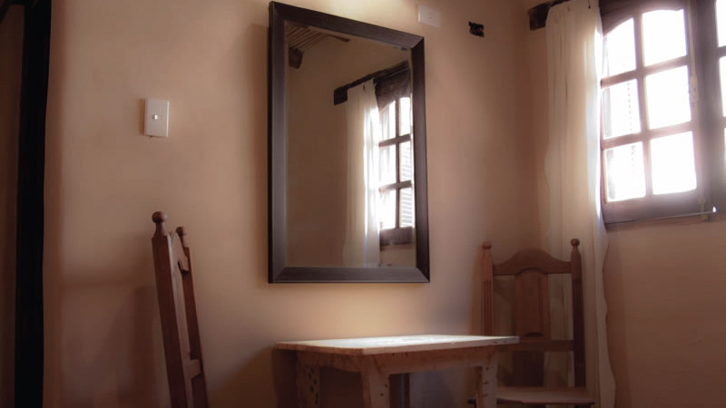 Mesa en la habitación Estándar del Hotel Antigua Tilcara, en Jujuy, Argentina