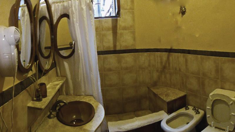 Baño privado de las habitaciones Estándar del Hotel Antigua Tilcara, en Jujuy, Argentina