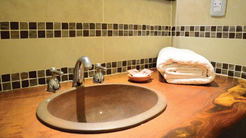 Baño privado de la Habitación doble Superior del Hotel Antigua Tilcara, en Jujuy, Argentina